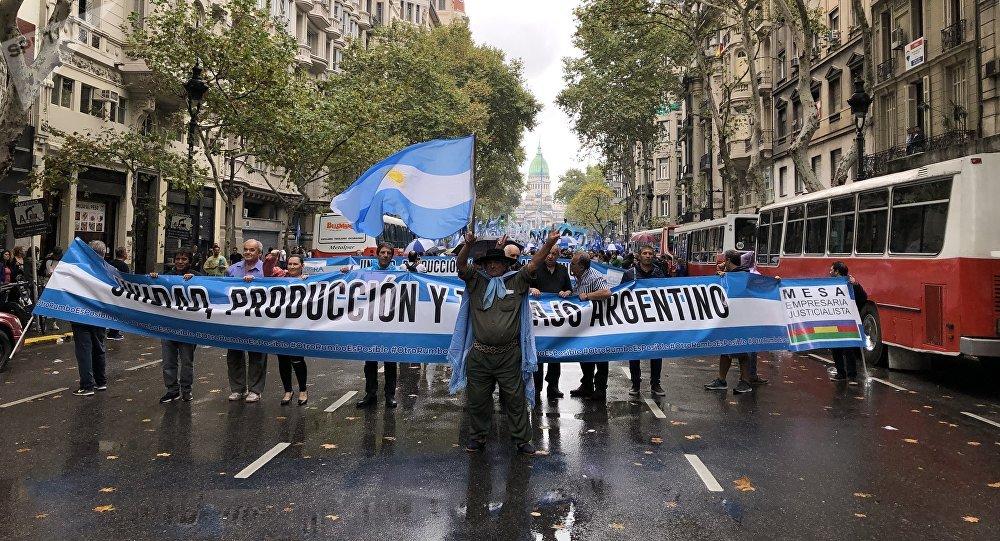Los argentinos marcharon por la Plaza de Mayo en protesta por la precaria situación económica del país