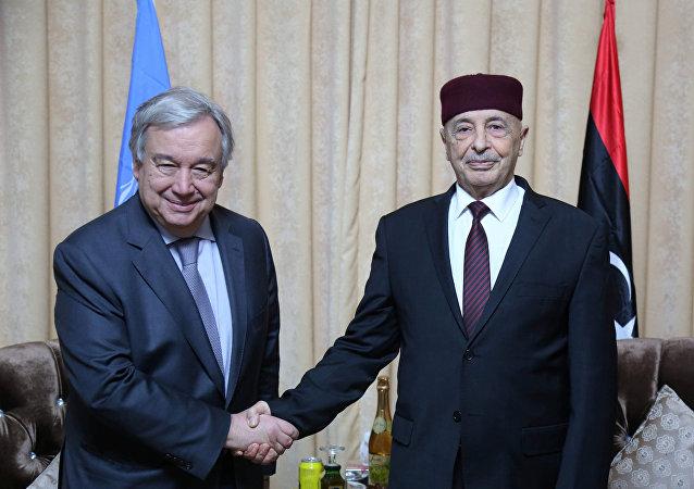 El secretario general de la ONU, António Guterres, y el presidente de la Cámara de Representantes con la sede en Tobruk, Aguila Saleh