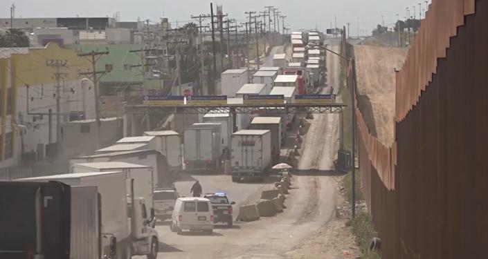 Caravanas de camiones tras la amenaza estadounidense de cerrar la frontera con México
