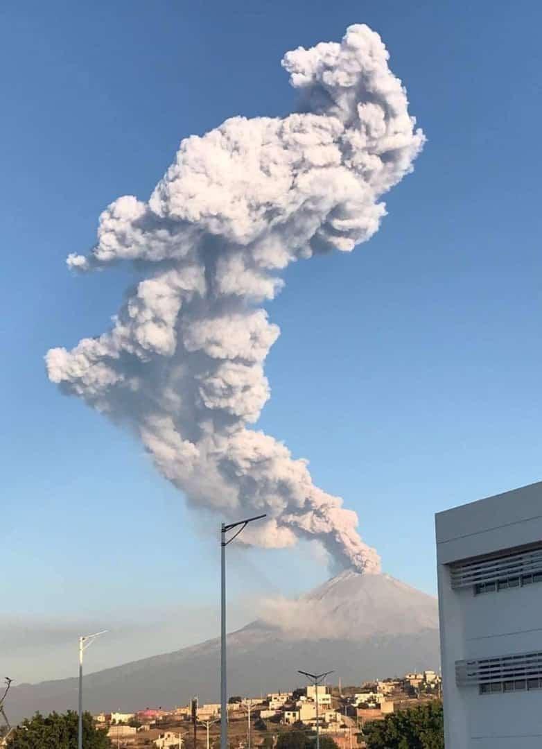 Columna de gases se eleva desde el volcán Popocatépetl, en México