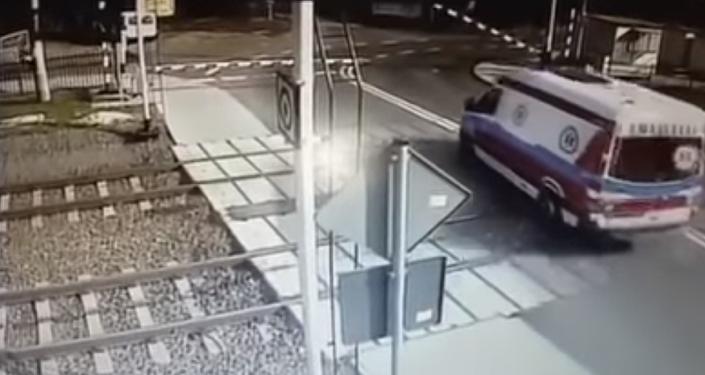 Un tren embiste a toda velocidad a una ambulancia en Polonia