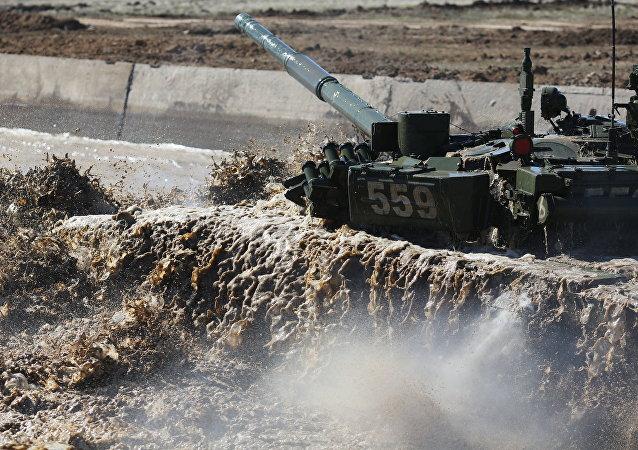 Un tanque T-72 supera una barrera hidrográfica