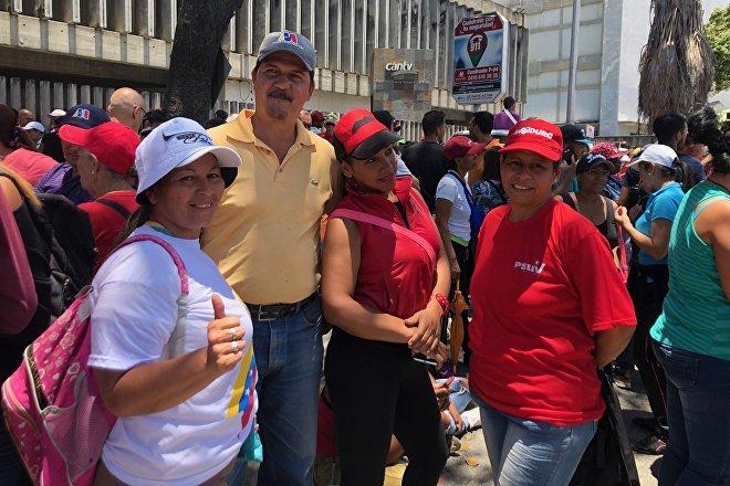 María (de blanco) quiso venir con su familia porque considera importante estar en Caracas, hacer fuerza, estar unidos frente a las acciones injerencistas de EEUU