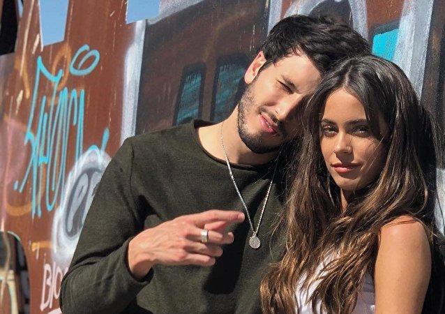 Los cantantes Sebastián Yatra y Tini Stoessel