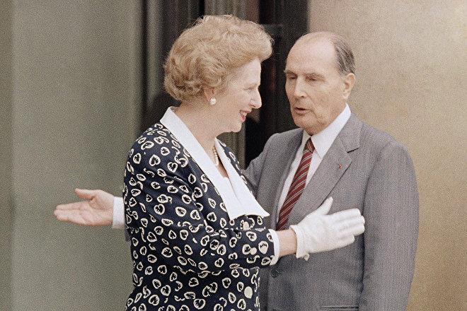 El presidente francés, François Mitterrand, saluda a la primera ministra británica, Margaret Thatcher, en los escalones del Palacio del Elíseo en París, el 29 de julio de 1987.