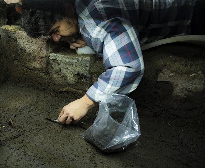 Miguel Báez haciendo trabajo de excavación en el hallazgo de la ofrenda 178 del proyecto Templo Mayor