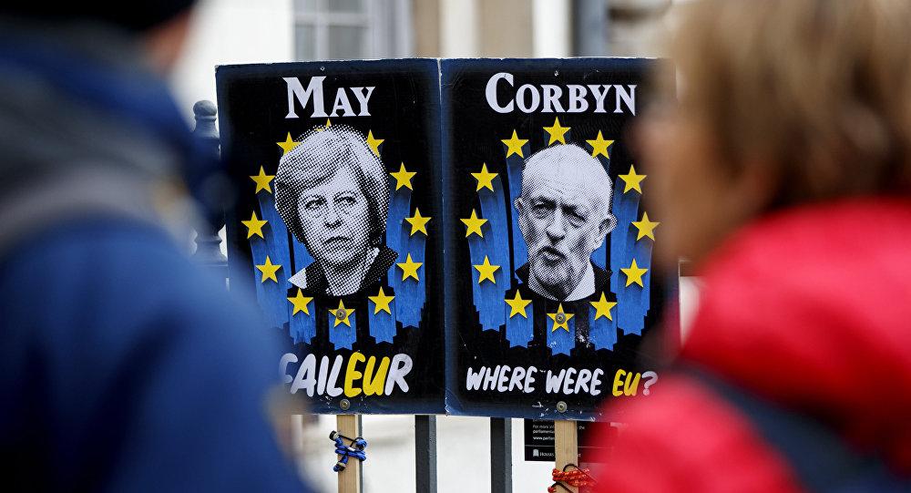 Los posters con rettratos de la primera ministra británica, Theresa May, y el líder de la oposición, Jeremy Corbin