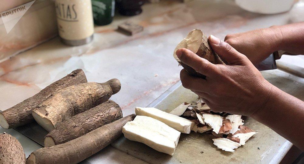 La yuca, o mandioca, es un ingrediente base en muchas cocinas de América Latina; en Venezuela ahora su consumo se ve incrementado por ser una opción nutritiva al alcance