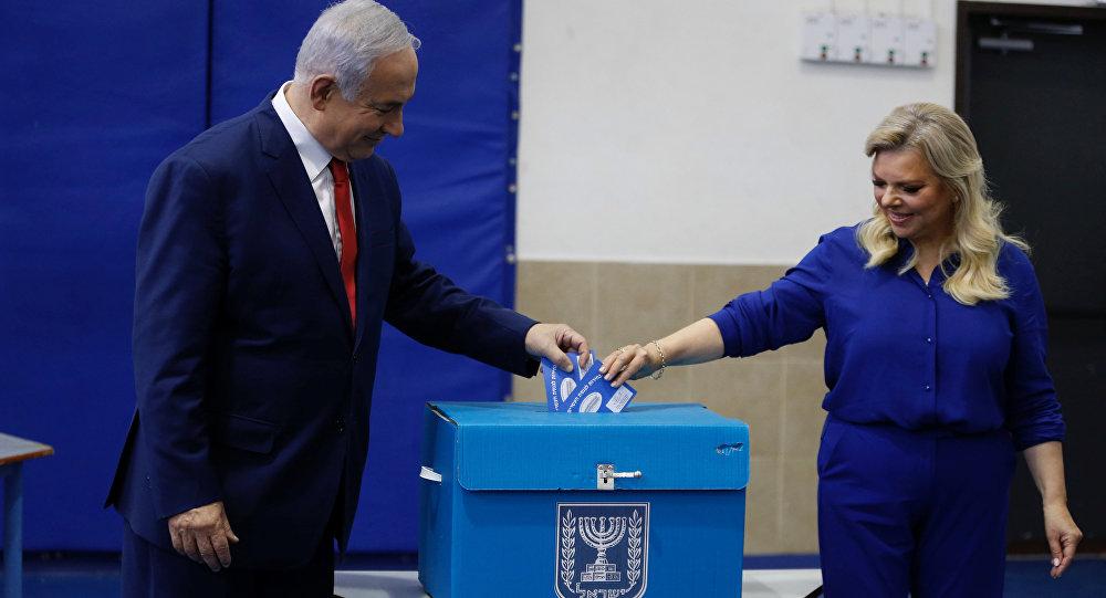 El primer ministro israelí, Benjamín Netanyahu y su esposa, Sara Netanyahu en las elecciones