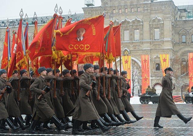 Militares en el uniforme de la URSS
