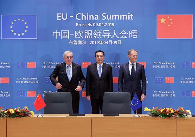 El primer ministro chino, Li Keqiang, y los presidentes del Consejo Europeo y de la Comisión Europea, Donald Tusk y Jean-Claude Juncker