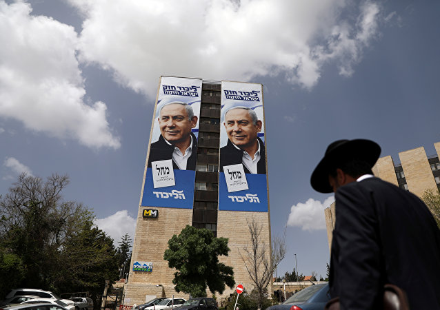 Póster preelectoral del partido Likud y su líder Benjamín Netanyahu