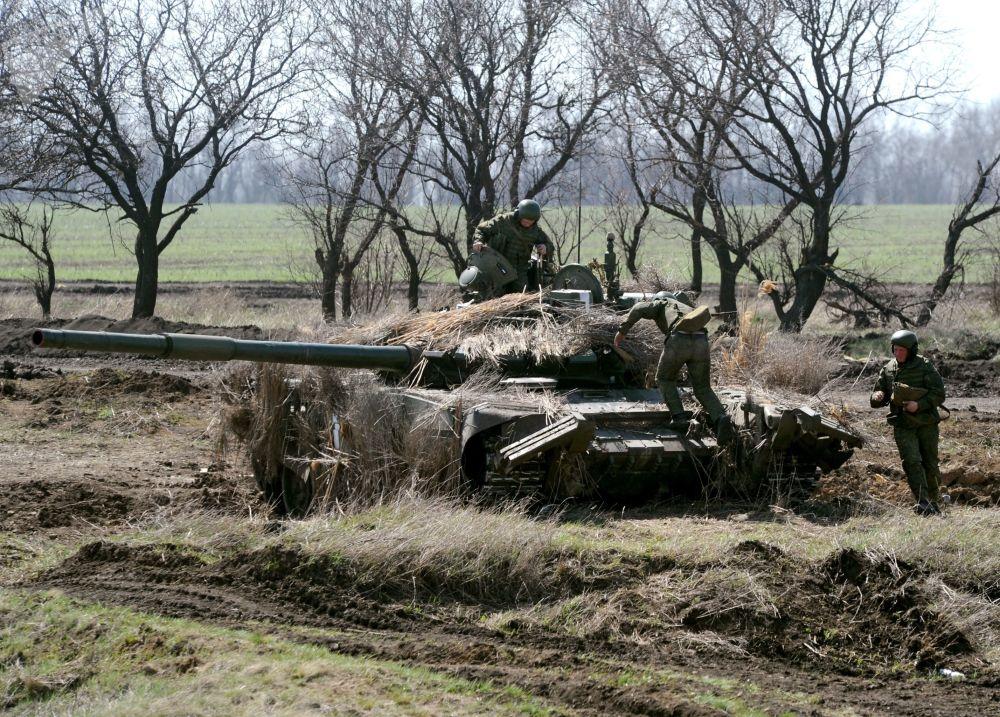 Ejercicios militares en Rusia de unidades de tanques y de la infantería mecanizada