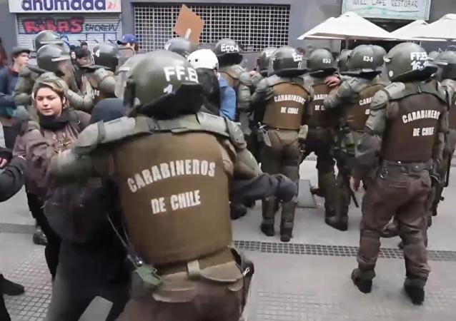 Violentos enfrentamientos entre estudiantes y policías en manifestaciones chilenas