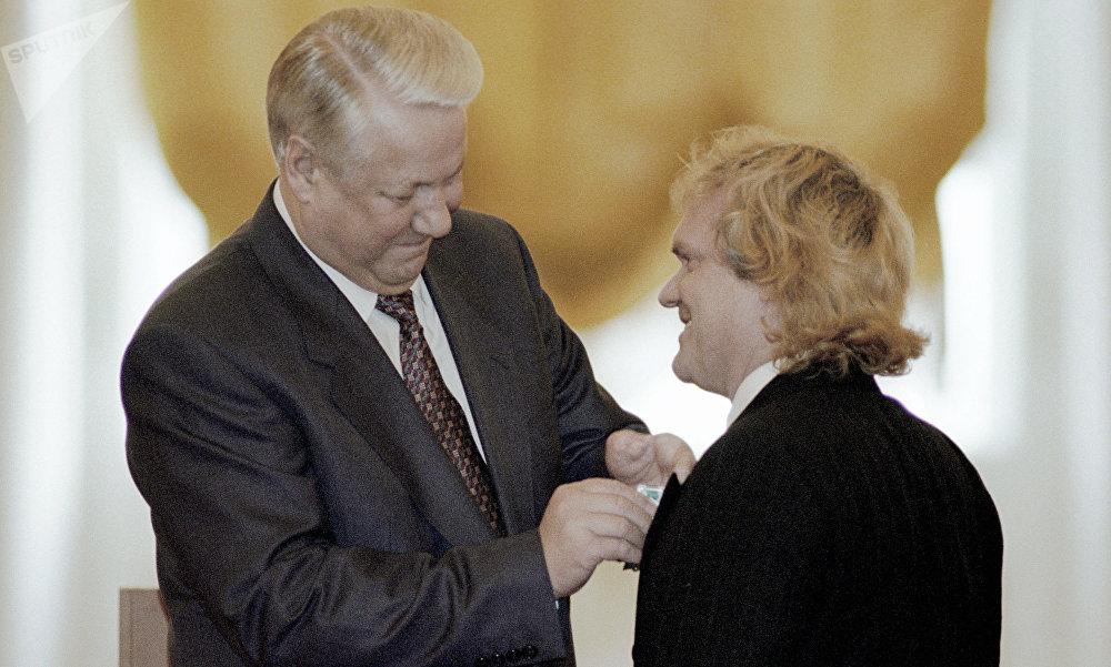 El entonces presidente de Rusia, Borís Yeltsin, otorga la Orden de la Amistad a Yuri Kuklachov (1995)