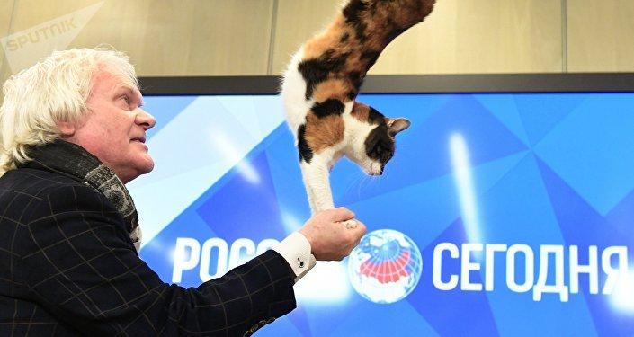 Yuri Kuklachov actúa con uno de sus gatos durante una conferencia de prensa en la sede de Sputnik, en Moscú
