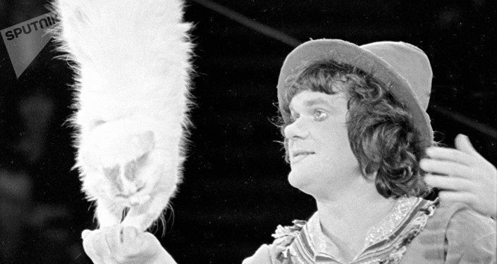 Yuri Kuklachov con uno de sus gatos durante una actuación en 1980