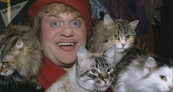 Yuri Kuklachov con algunos de sus gatos en 1993