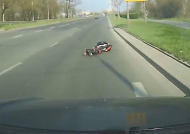 Un ciervo atropella a un motociclísta