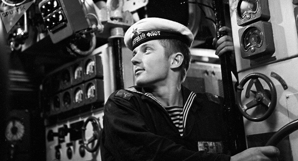 Un marino soviético trabaja en un submarino