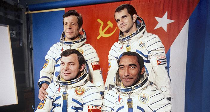 El cosmonauta Arnaldo Tamayo junto al héroe soviético, Yuri Romanenko, y sus traductores en la Tierra
