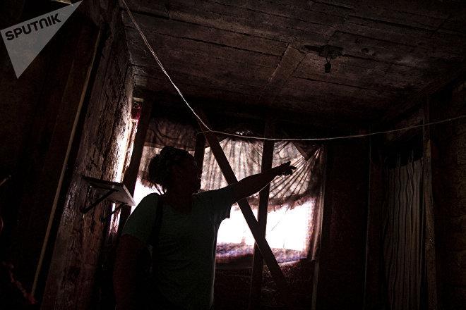 Ruth muestra los daños que la ampliación de la línea 12 le ocasionó a su casa