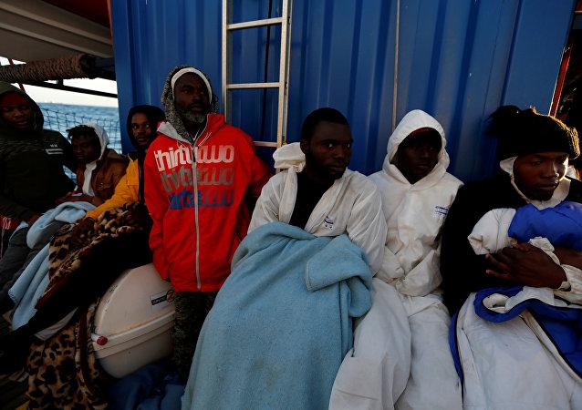 Migrantes rescatados por el barco 'Alan Kurdi' de la ONG alemana Sea Eye en Malta