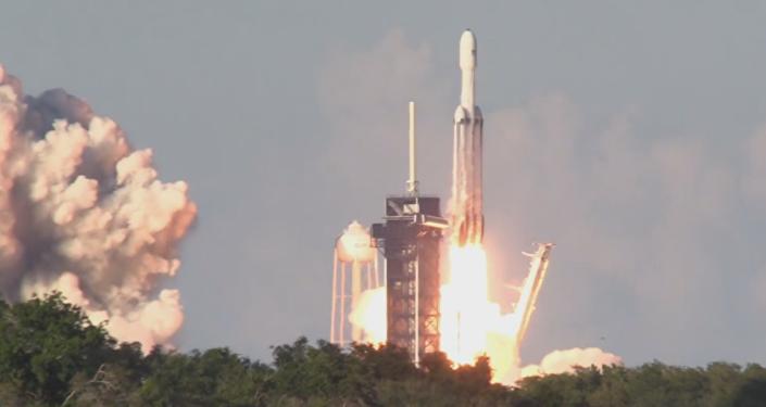 El lanzamiento del cohete portador triple Falcon Heavy