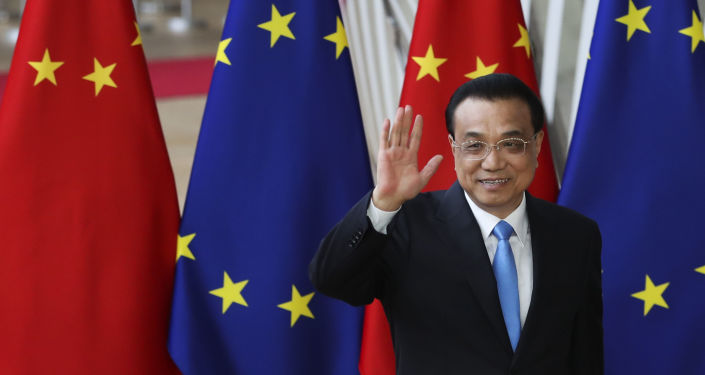 El primer ministro chino Li Keqiang saluda a los medios de comunicación durante la cumbre UE-China
