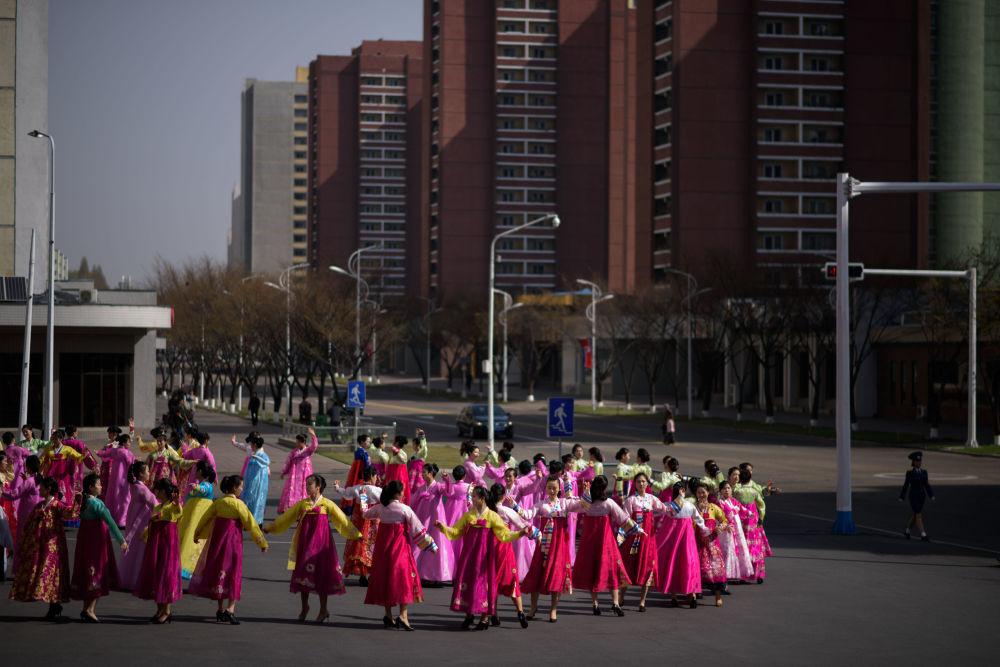 Lágrimas y bailes con motivo del Día del Sol en Corea del Norte