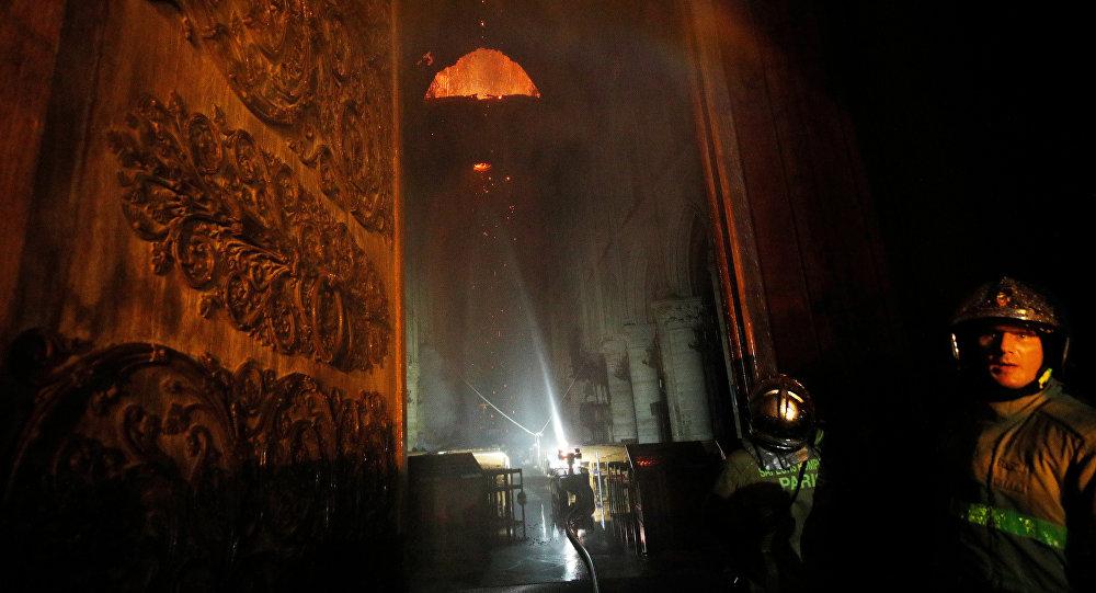 Los bomberos en Notre Dame