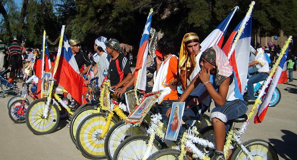 Ciclistas participantes del Cuasimodo, en el Templo Votivo de Maipú, Santiago de Chile