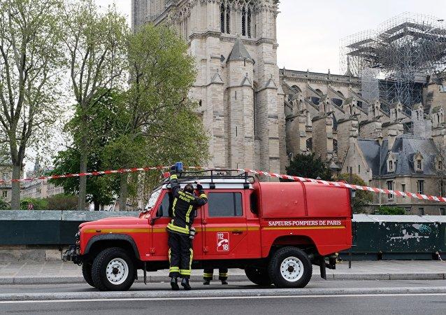 Los bomberos franceses cerca de la catedral Notre Dame