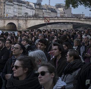 Gente reunida cerca de la catedral de Notre Dame