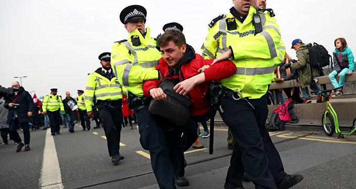 La Policía británica diene a los manifestantes por violar las normativas del orden público durante protestas ecologistas en Londres, Reino Unido