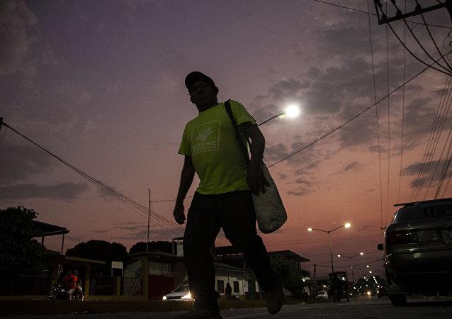 Miembro de caravana migrante camina en las calles de Huehuetán, Chiapas, México