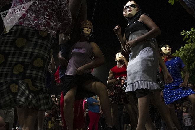 Danzas típicas de semana santa se presentan frente a la carava migrante en Huehuetán, Chiapas, México