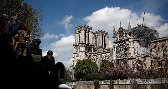 La gente mira la catedral de Notre Dame