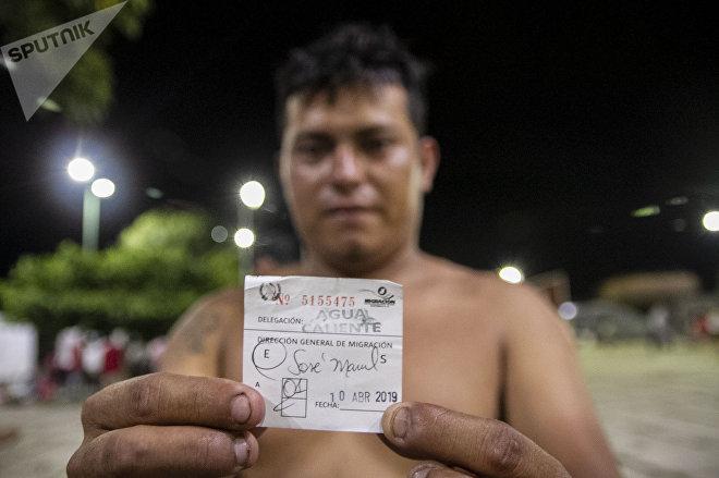 Huehuetán, Chiapas. Miembro de la caravana migrante muestra su ingreso a Guatemala