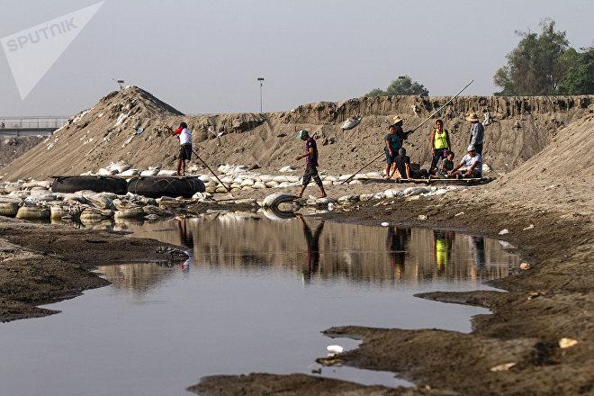 Suchiate, Chiapas. Migrantes cruzan por el río Suchiate
