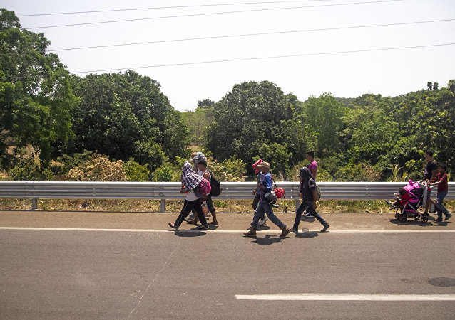 Miembros de la caravana migrante caminan sobre la carretera México 200, rumbo al norte del país, Tapachula, Chiapas, México