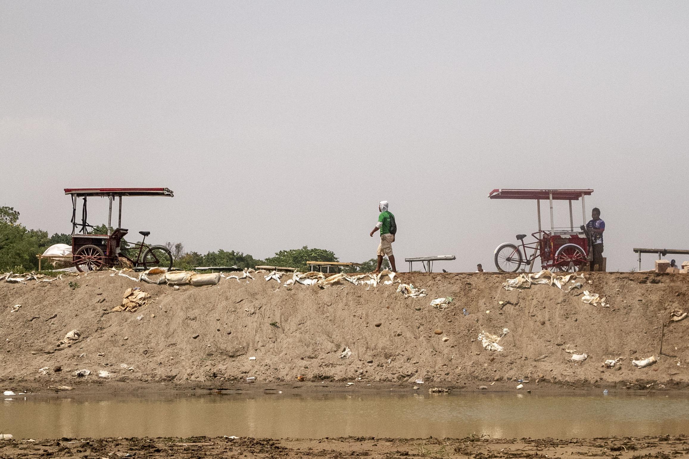 Suchiate, Chiapas. Hombre cruza el río Suchiate
