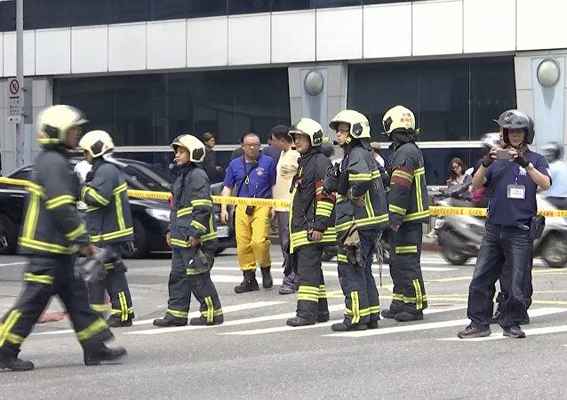 Bomberos taiwaneses tras el sismo