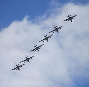 Штурмовики Су-25 над аэродромом Кубинка во время репетиции воздушной части парада Победы