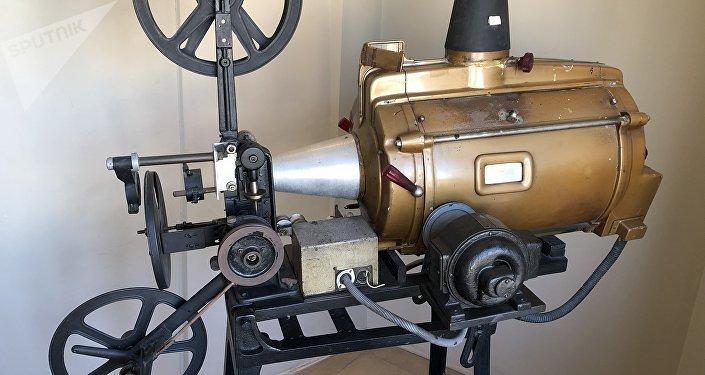 Un antiguo proyector de cine en la Galería Güemes de Buenos Aires