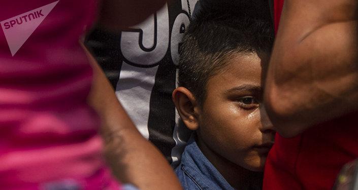 Tapachula, Chiapas. Niño durante el camino del Vía Crucis cubano que alquilo autobuses para llegar a la frontera norte