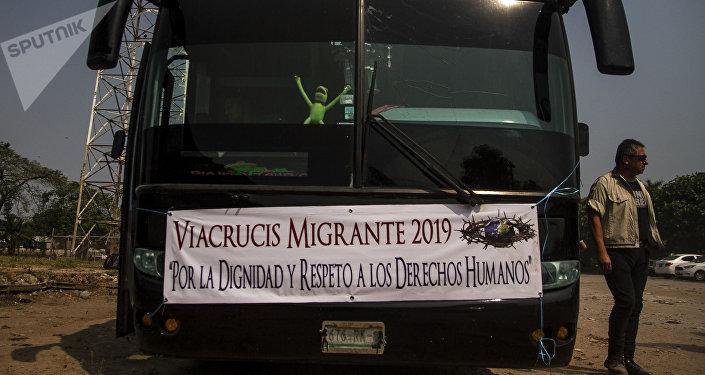 Tapachula, Chiapas. Autobuses rentados por un grupo de cubanos que salió en Vía Crucis cubano rumbo a la frontera norte