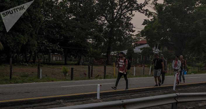 Huixtla, Chiapas. Cubanos regresan caminando tras ser retenidos por autoridades en la aduana de Huixtla
