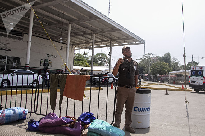 Suchiate, Chiapas: Oficial de migración en la aduana fronteriza del puente Rodolfo Robles