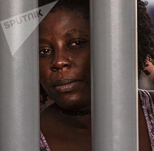 Tapachula, Chiapas: Mujer haitiana espera que le resuelvan su situación migratoria en la Estación Siglo XXI